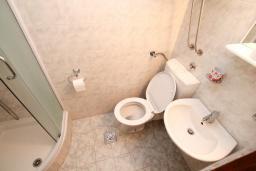 Ванная комната. Черногория, Герцег-Нови : Апартамент с отдельной спальней в 100 метрах от моря