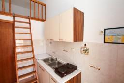 Кухня. Черногория, Герцег-Нови : Апартамент с отдельной спальней в 100 метрах от моря
