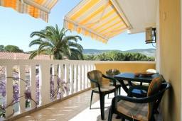 Балкон. Черногория, Герцег-Нови : Апартамент с отдельной спальней в 100 метрах от моря