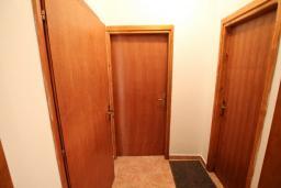Коридор. Черногория, Герцег-Нови : Апартамент с отдельной спальней в 100 метрах от моря