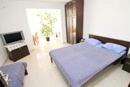 Спальня. Черногория, Игало : Апартамент с балконом с видом на море, 100 метров до пляжа