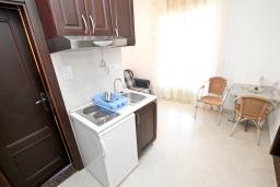 Кухня. Черногория, Игало : Апартамент с балконом с видом на море, 100 метров до пляжа