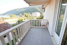 Балкон. Черногория, Игало : Апартамент с балконом с видом на море, 100 метров до пляжа