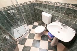Ванная комната. Черногория, Игало : Студия в Игало, до моря 100 метров