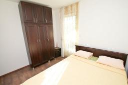 Спальня. Черногория, Игало : Апартамент с отдельной спальней, с балконом, 100 метров до пляжа