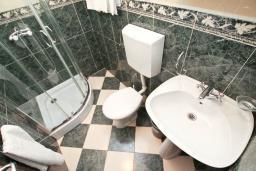 Ванная комната. Черногория, Игало : Апартамент с отдельной спальней, с балконом, 100 метров до пляжа