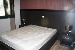 Спальня. Черногория, Игало : Шикарный люкс апартамент с балконом и кухней