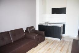 Гостиная. Черногория, Игало : Просторный люкс апартамент с балконом и большой кухней