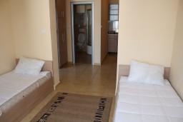 Студия (гостиная+кухня). Черногория, Игало : Просторная студия на первом этаже с террасой и большой кухней