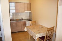 Кухня. Черногория, Игало : Просторная студия на первом этаже с террасой и большой кухней