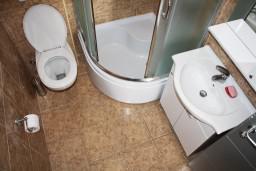 Ванная комната. Черногория, Игало : Просторная студия на первом этаже с террасой и большой кухней