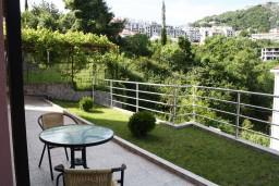 Терраса. Черногория, Игало : Просторная студия на первом этаже с террасой и большой кухней