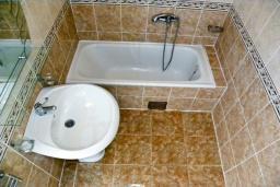 Ванная комната. Черногория, Биела : Апартамент для 6 человек, 2 спальни, с балконом