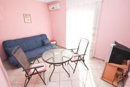 Гостиная. Черногория, Кумбор : Апартамент с отдельной спальней, с балконом с видом на море, 25 метров до пляжа