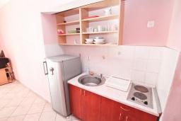 Кухня. Черногория, Кумбор : Апартамент с отдельной спальней, с балконом с видом на море, 25 метров до пляжа