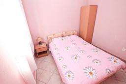 Спальня. Черногория, Кумбор : Апартамент с отдельной спальней, с балконом с видом на море, 25 метров до пляжа