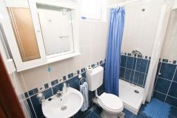 Ванная комната. Черногория, Кумбор : Апартамент с отдельной спальней, с балконом с видом на море, 25 метров до пляжа
