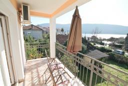 Балкон. Черногория, Кумбор : Апартамент с отдельной спальней, с балконом с видом на море, 25 метров до пляжа