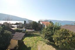 Вид на море. Черногория, Кумбор : Апартамент с отдельной спальней, с балконом с видом на море, 25 метров до пляжа