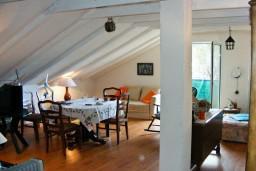Гостиная. Черногория, Кумбор : Апартамент для 9 человек с отдельной спальней, c балконом и видом на море