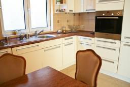 Кухня. Черногория, Дженовичи : Апартамент с балконом, с видом на море