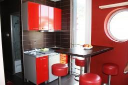 Кухня. Черногория, Игало : Апартамент ЛЮКС с французским балконом и захватывающим видом на море