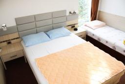 Черногория, Игало : Комната для троих с ванной комнатой