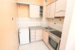 Кухня. Черногория, Игало : Современный апартамент с огромной гостиной и отдельной спальней, с балконом с видом на море, 30 метров до пляжа