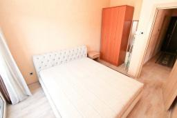 Спальня. Черногория, Игало : Современный апартамент с огромной гостиной и отдельной спальней, с балконом с видом на море, 30 метров до пляжа
