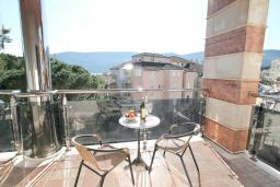 Балкон. Черногория, Игало : Современный апартамент с огромной гостиной и отдельной спальней, с балконом с видом на море, 30 метров до пляжа