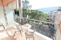 Вид на море. Черногория, Игало : Современный апартамент с огромной гостиной и отдельной спальней, с балконом с видом на море, 30 метров до пляжа