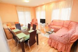 Гостиная. Черногория, Игало : Современный апартамент с огромной гостиной и отдельной спальней, с балконом с видом на море, 30 метров до пляжа