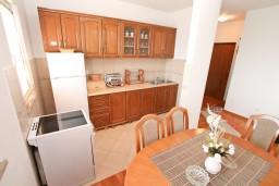 Кухня. Черногория, Биела : Апартамент с отдельной спальней, с балконом с шикарным видом на море, возле пляжа
