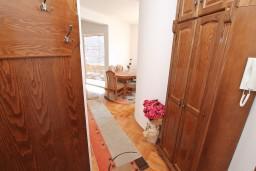Гардеробная / шкаф. Черногория, Биела : Апартамент с отдельной спальней, с балконом с шикарным видом на море, возле пляжа