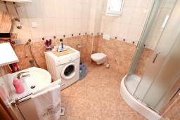 Ванная комната. Черногория, Биела : Апартамент с отдельной спальней, с балконом с шикарным видом на море, возле пляжа
