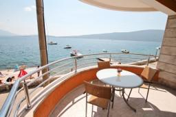 Вид на море. Черногория, Биела : Апартамент с отдельной спальней, с балконом с шикарным видом на море, возле пляжа
