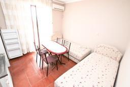 Гостиная. Черногория, Биела : Апартамент в Биела с отдельной спальней, с балконом и видом на море