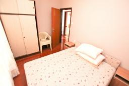 Спальня. Черногория, Биела : Апартамент в Биела с отдельной спальней, с балконом и видом на море
