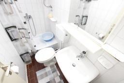 Ванная комната. Черногория, Биела : Апартамент в Биела с отдельной спальней, с балконом и видом на море
