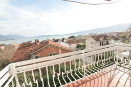 Балкон. Черногория, Биела : Апартамент в Биела с отдельной спальней, с балконом и видом на море