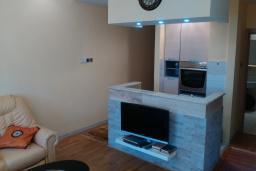 Кухня. Черногория, Игало : Шикарный апартамент с большой гостиной и двумя спальнями