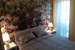 Спальня. Черногория, Игало : Шикарный апартамент с большой гостиной и двумя спальнями