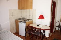 Студия (гостиная+кухня). Черногория, Игало : Студия на 1 этаже с балконом на вилле с бассейном