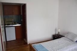 Студия (гостиная+кухня). Черногория, Игало : Студия на 2 этаже для двоих с балконом и видом на море, на вилле с бассейном