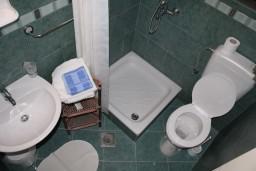 Ванная комната. Черногория, Игало : Студия на 2 этаже для двоих с балконом и видом на море, на вилле с бассейном