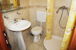 Ванная комната. Черногория, Биела : Уютная студия со всеми удобствами