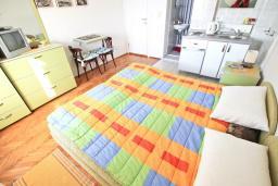 Студия (гостиная+кухня). Черногория, Петровац : Зелёная студия с кухней, ванной и видом на море