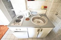 Кухня. Черногория, Петровац : Зелёная студия с кухней, ванной и видом на море