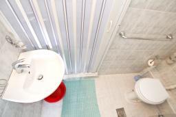 Ванная комната. Черногория, Петровац : Зелёная студия с кухней, ванной и видом на море