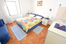 Спальня. Черногория, Петровац : Студия с отдельной кухней, ванной и видом на море.